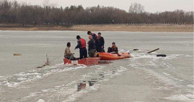 Рыбаки провалились под лёд в Алматинской области