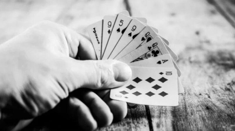 Карточный долг перед полицейскими стал причиной суицида молодого парня