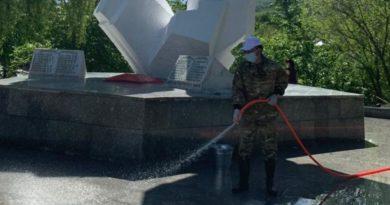 Аким города Текели Бахтияр Унербаев помыл памятник героям войны