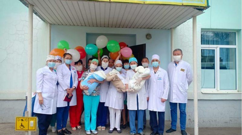 В Алматинской области выписали тройняшек и их маму
